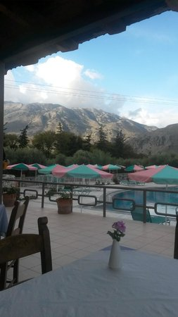 Vardis Olive Garden: Blick vom Frühstückstisch zum Pool und Blick auf die Berge
