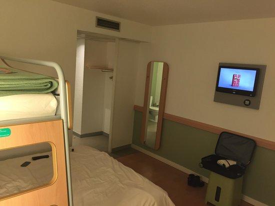 Chambre double avec lit super posé - Photo de Ibis Budget Cannes ...