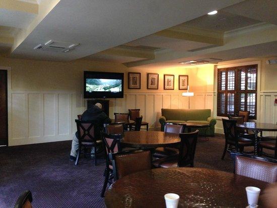 ذا إن ليت سبورتس لودج: table area for continental breakfast