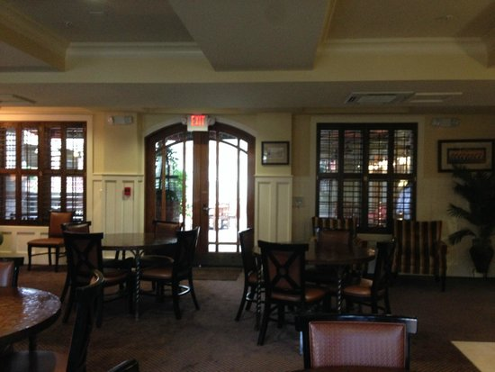 ذا إن ليت سبورتس لودج: looking out into open bar area