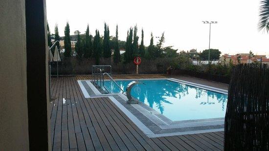 Hotel Rural El Mondalon: La piscina: climatizada, hidroterapia y fácil acceso.