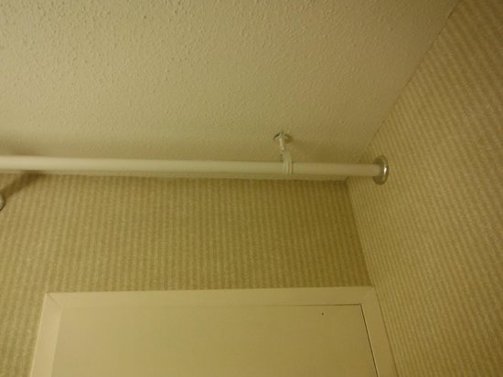 Holiday Inn Burlington : Exposed pipes in bathroom