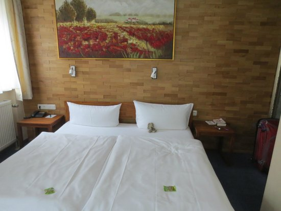 Hotel Wilder Mann: Bed, not so comfy but survivable