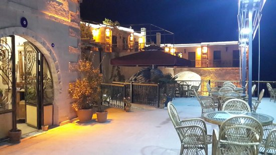 Hermes Cave Hotel: Night at terrace