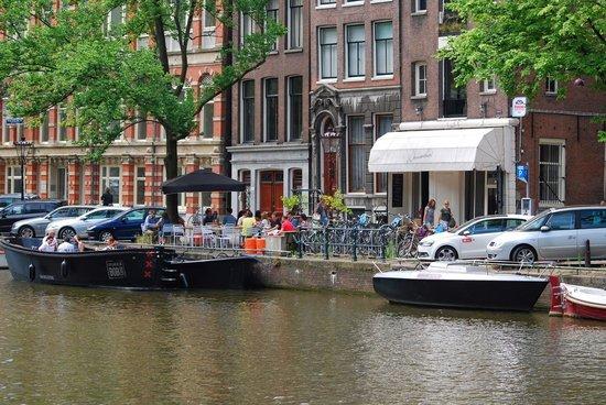 Wannemakers: Uteservering og båt som tilhører restauranten