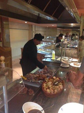 THB El Cid: kokken preparer mat i spisesalen