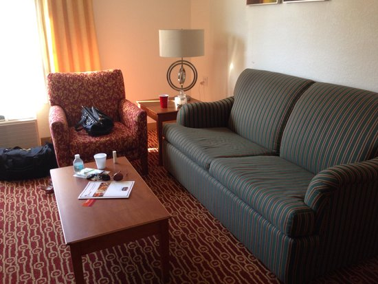 TownePlace Suites Orlando East/UCF Area: Living room with pull out couch