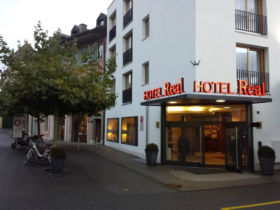 Hotel Real: Отель вечером,вход в отель
