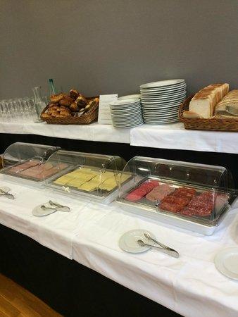 Onix Rambla Hotel: pãos e frios no café