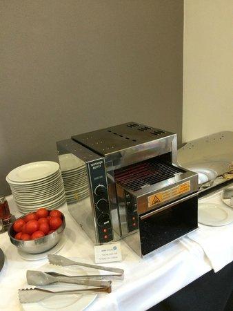 Onix Rambla Hotel: Pão quente no café