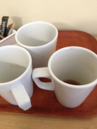 Baytree Hotel: Dirty cups not cleared away in room