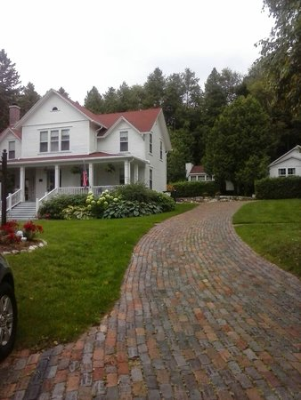 Thorp House Inn and Cottages (Dove Cottage is straight up the brick driveway)