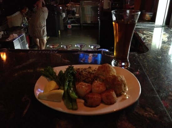 White Rose Bar & Grill: Scallops with Crab Cakes