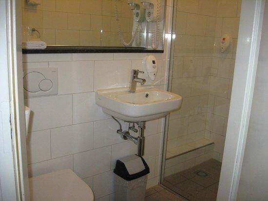 Singel Hotel Amsterdam: BATHROOM WITH HAIRDRYER