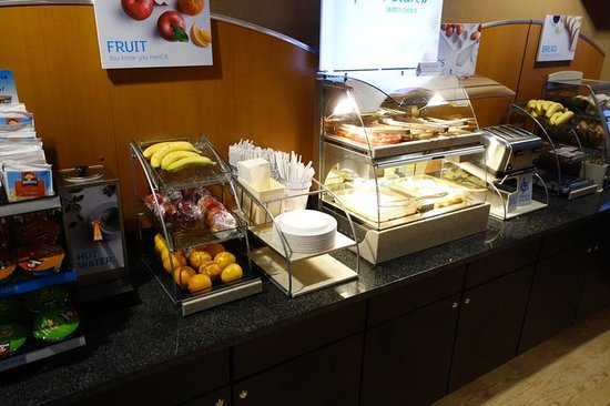 Holiday Inn Express Port Hueneme: Breakfast