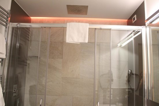 Residenza Argentina: changing light in the shower