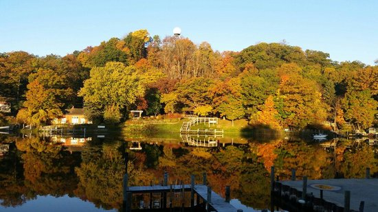 Saugatuck Landings Luxury Suites & Marina: Picture perfect fall morning!  View from the balcony.