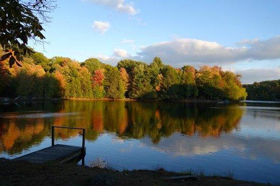 Tanglwood Resort: Mirror lake outside unit
