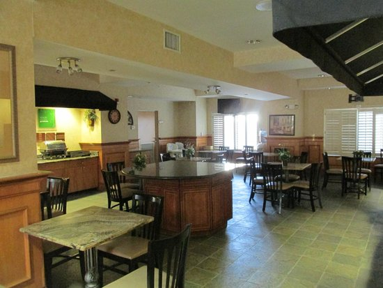 Comfort Suites New Orleans Airport : Lobby view of dining area