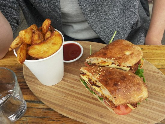 Miss Marmalade: sandwich with chicken, hummus and sauces