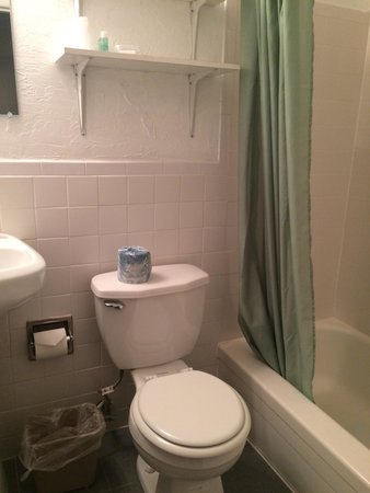 Oceanside Motel: Clean bathroom