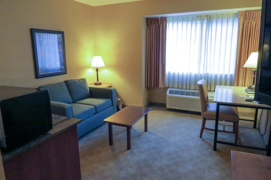 Silver Cloud Inn NW Portland: Roomy sitting area in deluxe King room