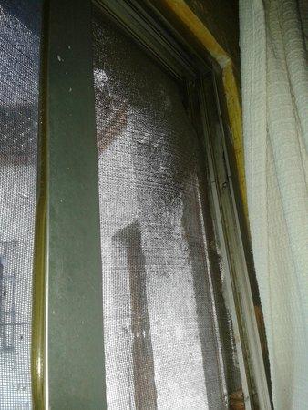 Posada San Francisco: Habitación sucia ventana