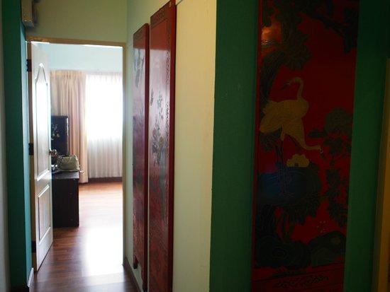 Maninarakorn Hotel : リビングからベッドルームへ