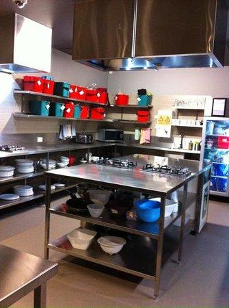 Melbourne Central YHA: kitchen