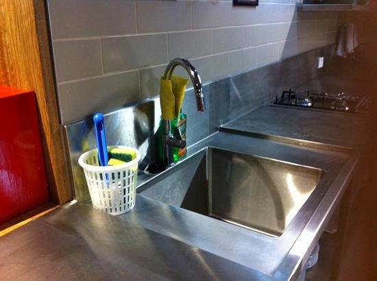 Melbourne Central YHA: A clean sink