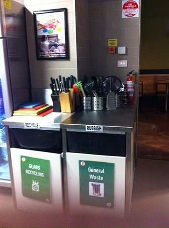 Melbourne Central YHA: A clean rubbish and recycle bins.