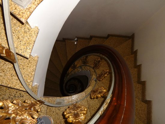 Hanoi City Palace Hotel: the stairway down