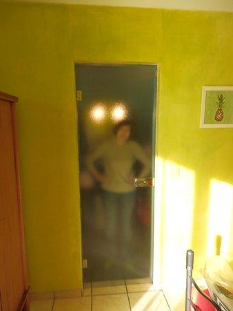 Hotel Le Clement V: Стеклянная дверь в ванную комнату