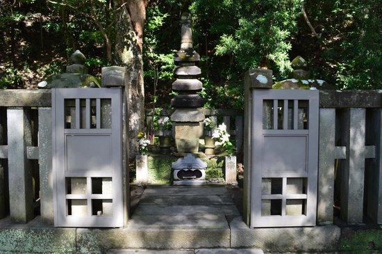 Grave of Minamoto Yoritomo: Minamoto's grave