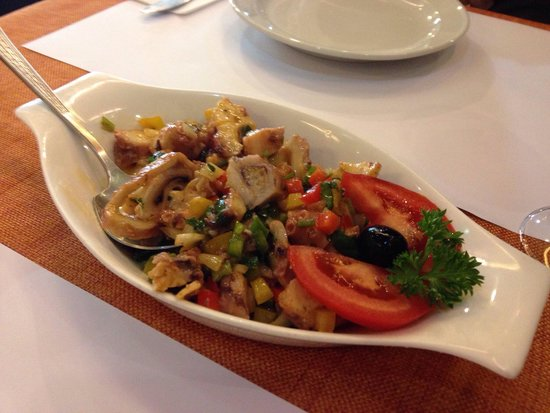 Ou Mun Cafe: Octopuss salad with bread roll