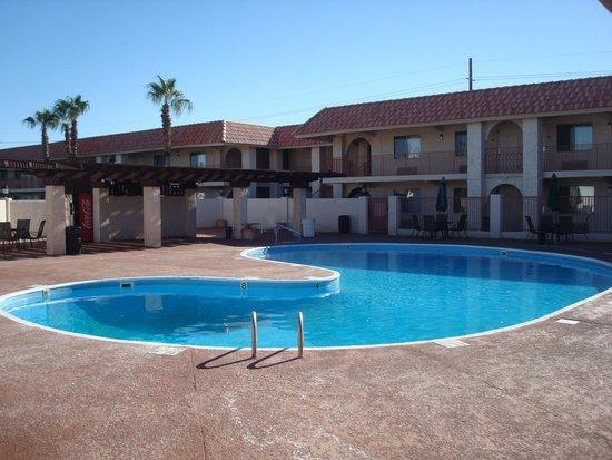 Quality Inn & Suites: Trevlig stor pool