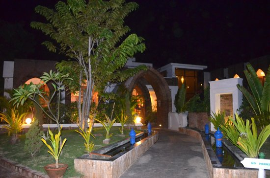 Razagyo Hotel : Exterior at night