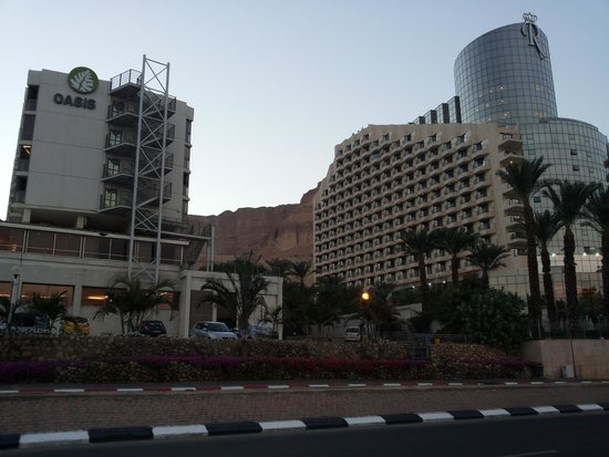 Hotel Spa Club Dead Sea: Вечером на фоне гор