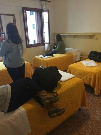 Hotel San Geremia: 4 bed room w/ bathroom
