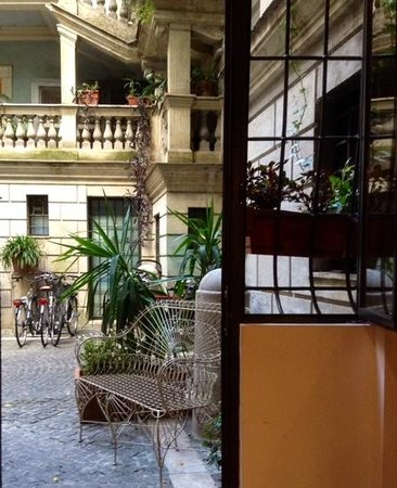 Casa Banzo: view into the courtyard from the Romantico apartment