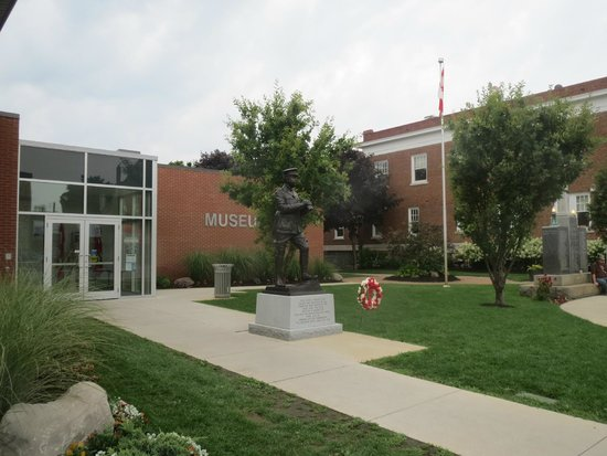 Strathroy, Canadá: Museum with statue of Sir Arthur Currie