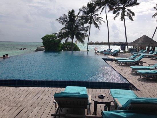 Zona de la piscina del hotel fotograf a de anantara veli for Follando en la piscina del hotel