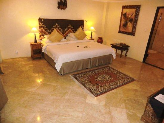 Villa Sarna Ubud: huge bedroom with flat screen tv and dvd player