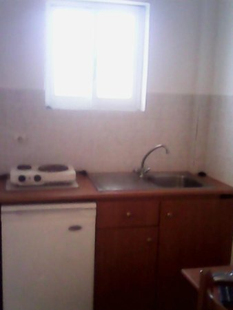Derekas Apartments: 2 ring hob and sink