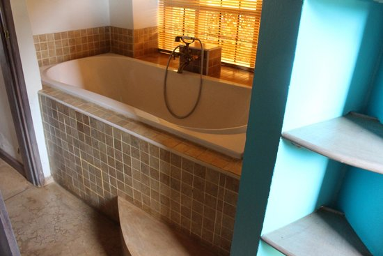 Onsea House Country Inn & Guest Cottage: Very deep large bath tub