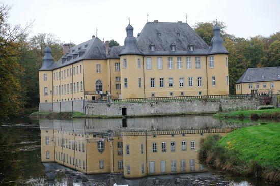 Stiftung Schloss Dyck: Schloss Dyck -- just inside gate