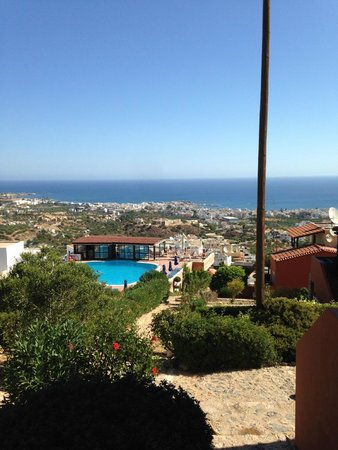 Driades Apartments: view from the rooms to the pool, and the sea in the distance
