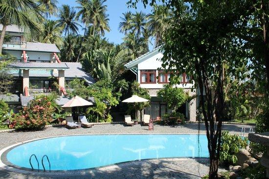 Hoang Ngoc Resort: Территория и бассейн