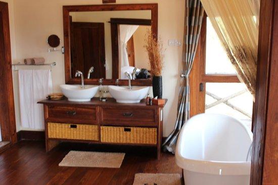 Escarpment Luxury Lodge : Double sinks and facilities