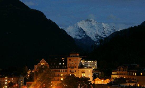 Metropole Hotel Interlaken: cae la noche desde el balcón